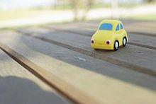 Kleines Spielzeugauto auf einem hölzernen Untergrund - Kindheit, fully_released