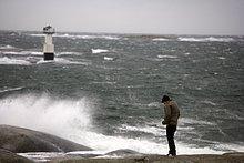 Ein Mann von einem stürmischen Meer.