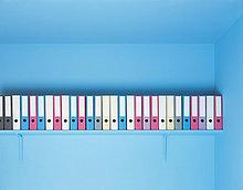 Dateien in einer Zeile auf einem Regal