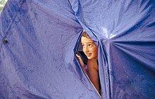 Bengel im Zelt Betrachtung Regen