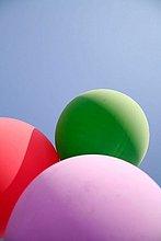 Drei Ballons und blauer Himmel