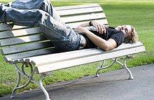 liegend,liegen,liegt,liegendes,liegender,liegende,daliegen,Jugendlicher,Junge - Person,Sitzbank,Bank