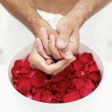 Hände waschen Person in Schüssel Wasser und Rosenblüten