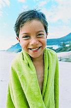 Porträt eines jungen Mannes (5-8) mit einem Handtuch um ihn herum