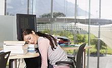 Teenagerin am Computer mit Büchern schlafen