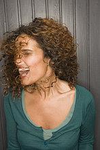 Frau schütteln ihr Haar