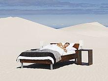 Ein Mann schläft in einem Bett im freien