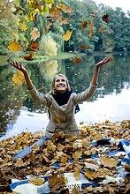 Entspannende junge Frau im park