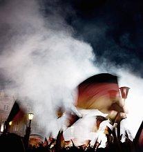 Mensch,Menschen,Nacht,Fahne,winken,deutsch
