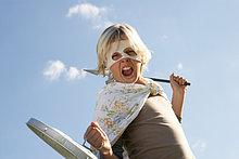Junge (12-13) Augenmaske mit und Schild und Schwert, schreien, portrait