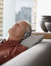 liegend,liegen,liegt,liegendes,liegender,liegende,daliegen,Mann,Kopfhörer,Couch,Kleidung
