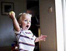 Junge mit einem tennisball