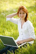 Washington, DC, USA, Portrait einer Frau, mit Handy und Laptop, Erwachsene Person, 23 Jahre alt, Asian