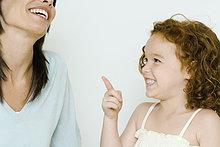Little Mädchen und Mutter, lachen