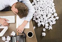Kaufmann umgeben von crumpled Paper