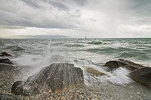 Deutschland, Bodensee, Nonnenhorn, brechenden Wellen und Bedeckter Himmel