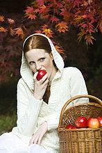 Junge Frau Essen Apple im park