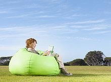 Außenaufnahme,Junge - Person,Tasche,jung,Bohne,freie Natur,vorlesen
