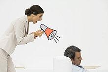 Schlafen im Stuhl, Frau hinter ihm stehen, schreien in Megaphone Mann