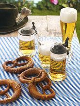 Bierkrüge und Brezeln