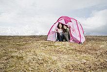 Mädchen im Teenageralter Campingplätze in rosa Zelt