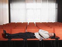 Schlafen im Hörsaal Kaufmann