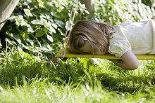 Junges Mädchen liegend auf einer Schaukel schlafen