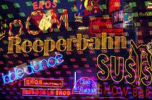 Deutschland, Hamburg, Reeperbahn, beleuchtete Werbung