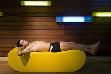 Ein Mann in einer Sauna hinlegen
