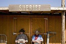 Außenaufnahme,sitzend,Büro,2,Cowboy,Sheriff