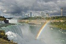 Die American Falls von Prospect Point, Niagara-Fälle. New York, Vereinigte Staaten, mit atemberaubenden Horseshoe Falls trennen und Niagara Falls, Ontario, im Hintergrund.