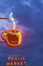 USA, US-Bundesstaat Washington, Seattle, Kaffee Leuchtschriften Pike Place Market