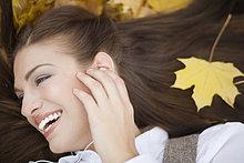 liegend,liegen,liegt,liegendes,liegender,liegende,daliegen,Frau,zuhören,Fröhlichkeit,Spiel,Close-up,Laub,jung,MP3-Player,MP3 Spieler,MP3 Player,MP3-Spieler