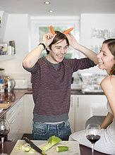Ausgelassenes Paar in der Küche