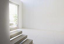 Treppenhaus und Eingangsbereich eines modernen Wohnhauses