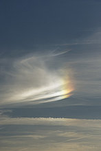 Wolkengebilde mit teilweise rainbow