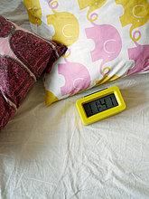 Bett,Uhr,alarmieren