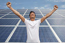 Mann standing in front of Solar-panel