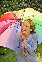 Junge Frau im Regen
