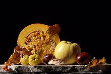 Kürbis, Apfel und Kastanien vor schwarzem Hintergrund, Close-up