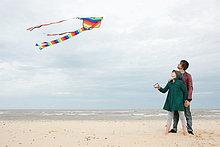 junges Paar mit Kite am Meer
