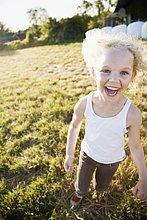 Happy little Mädchen auf Feld
