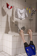 Mit Schwimmflossen zuhause baden