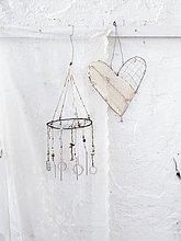 Skandinavien, Schweden, Stockholm, Liebesherz und Wind chime hängenden gegen weiße Wand