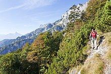 Frau wandert am Untersberg, Bayern, Deutschland
