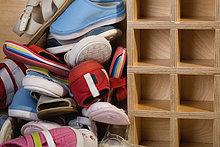 Nahaufnahme eines Heaps von Schuhen und Sandalen in der Nähe von einem rack