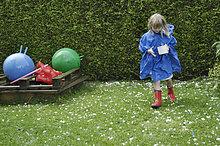 Blondes Mädchen, 6 Jahre, sammelt Hagelkörner nach Unwetter, 11.8.2008, Nicklheim, Bayern, Deutschland, Europa