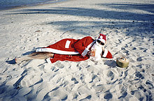 Weihnachtsmann relaxed am Strand