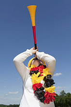 Junge Frau mit Vuvuzela, schwarz rot gold, FIFA Weltmeisterschaft 2010