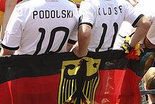 Zuschauer in Fußballer-Trikots beim Public Viewing während der WM 2010, Frankfurt am Main, Hessen, Deutschland, Europa